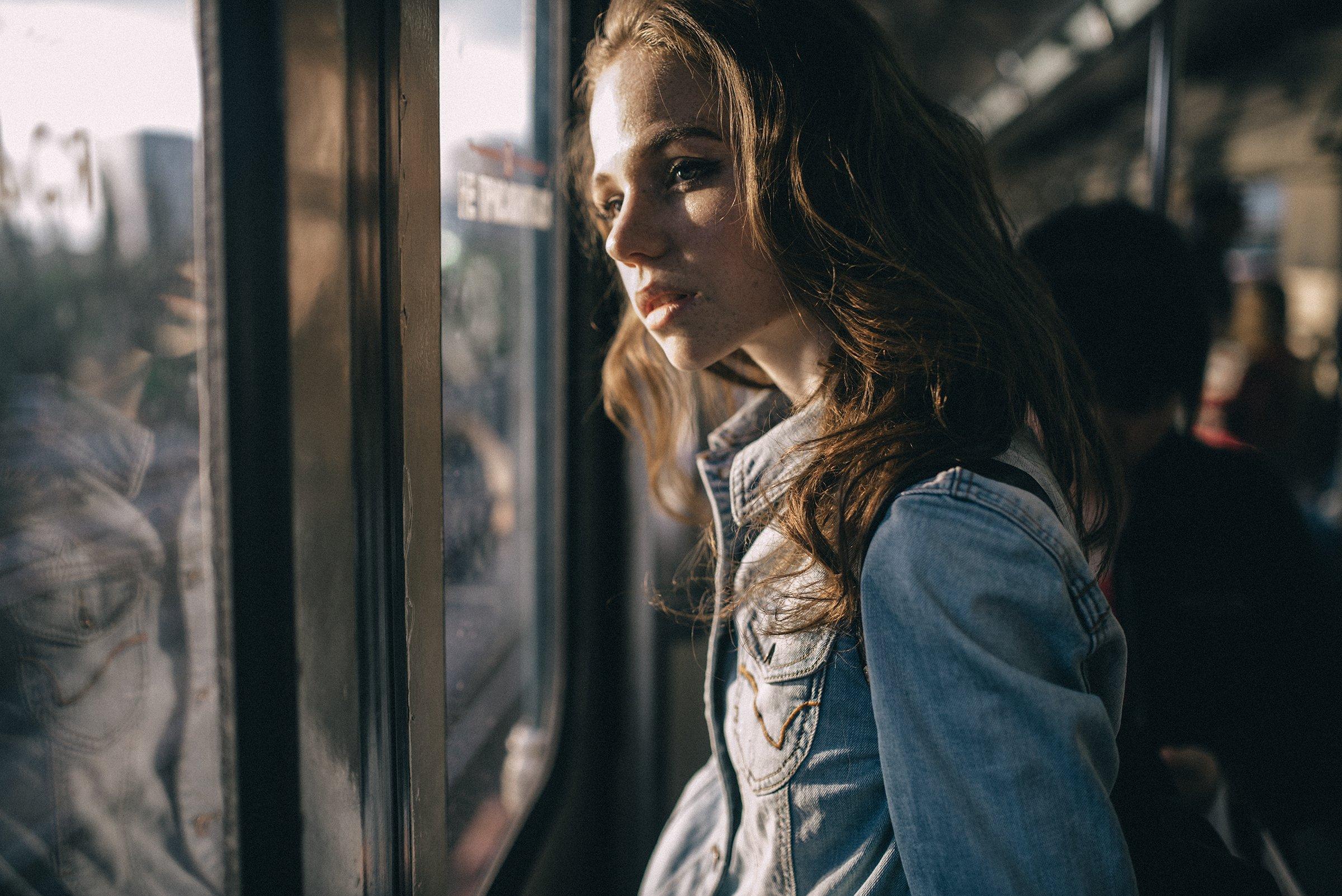 студент, студентка, поезд, вагон, метро, солнце, стекло, окно, девушка, женщина, рюкзак, Kirill