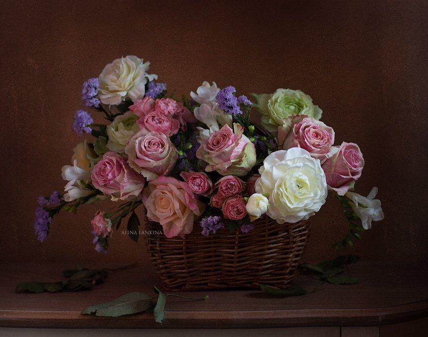 Букет роз в корзинке