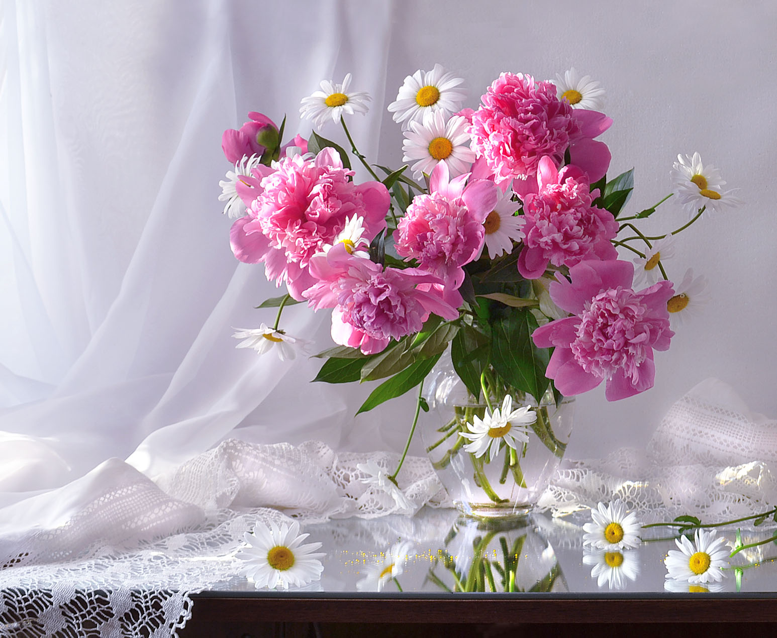 still life, натюрморт, лето, июнь, цветы, пионы, ромашки, зеркало, отражение, Колова Валентина