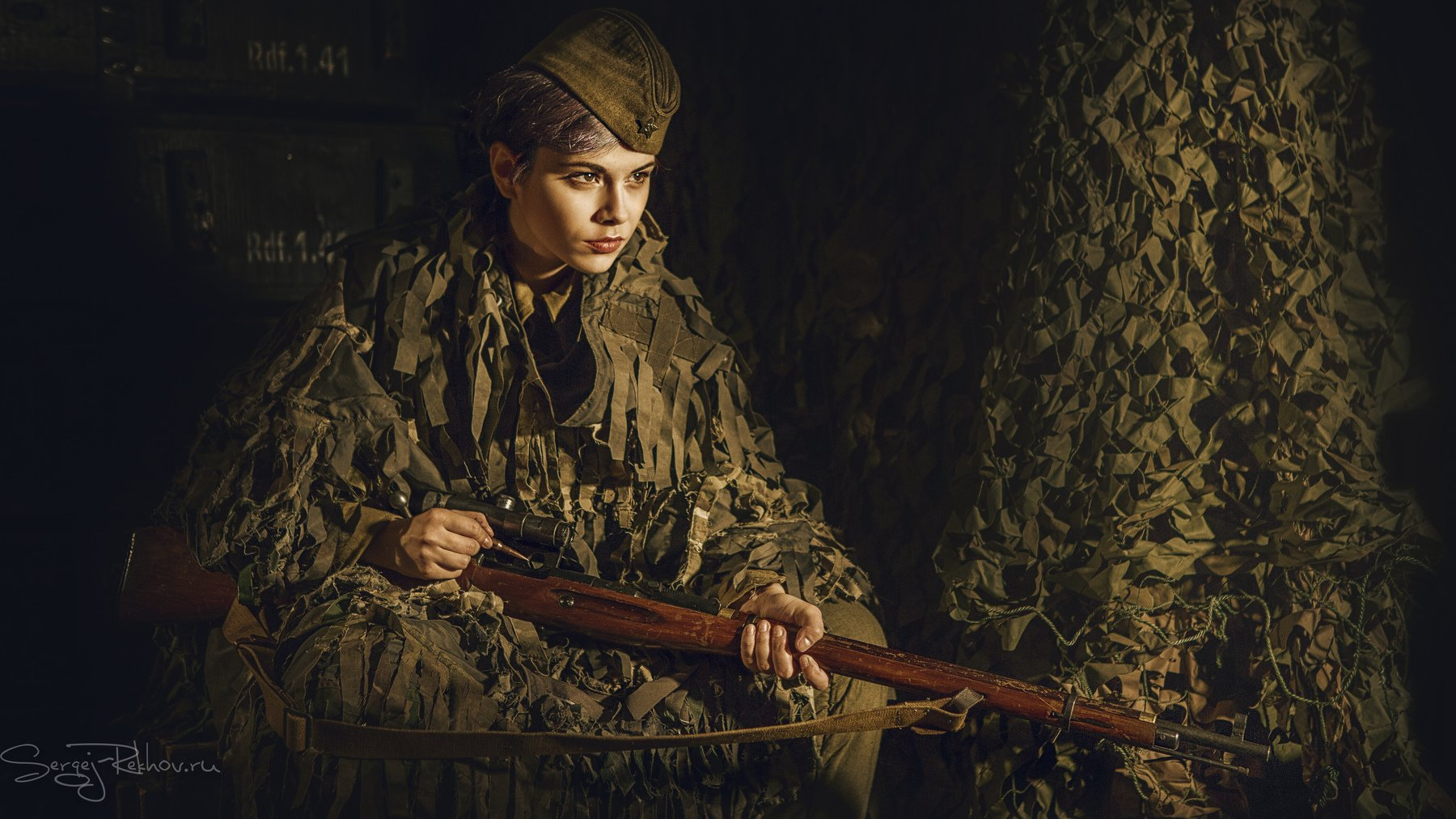девушка, землянка, огонь, винтовка, война, Сергей Рехов