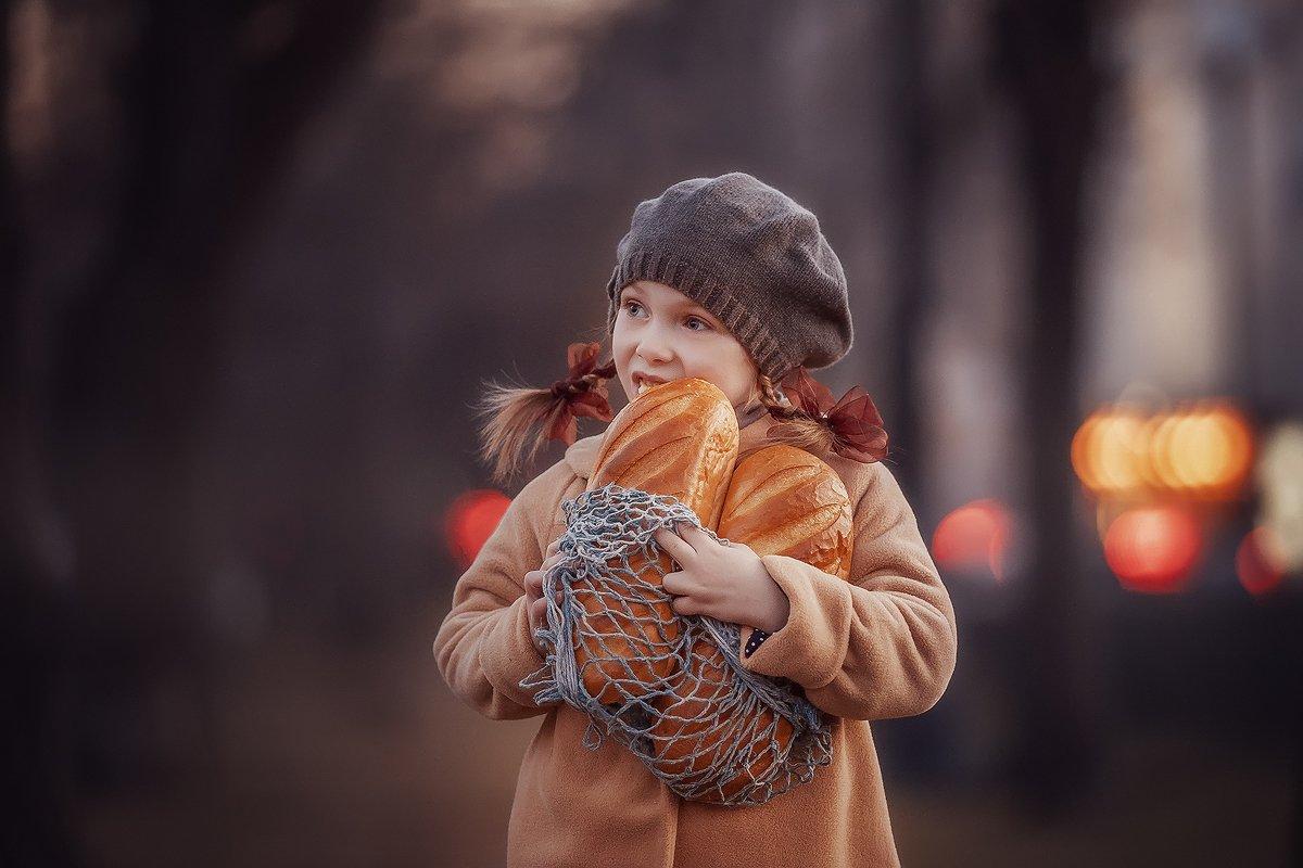 хлеб, детство, батон, булочная, девяностые, назадвдевяностые, девочка, вечер, парк, свет, луч, Марина Петра
