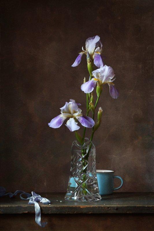 натюрморт, ирисы, голубая чашка, Курочкина Диана