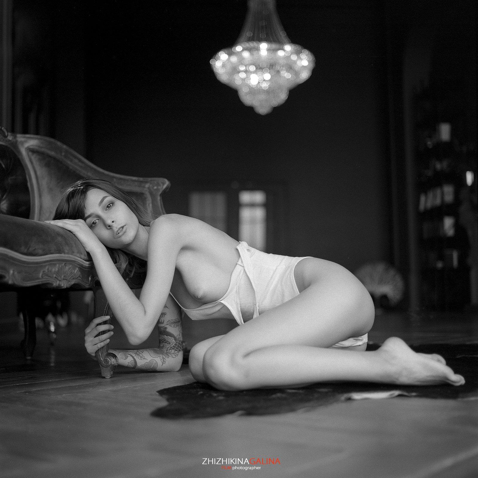 nude, girl, artphoto, 6x6, bw, b&w, blackandwhite, девушка, портрет, лицо, фотостудия, пленка, фотограф, чб, черно-белое, настроение, жанр, прикосновение, Галина Жижикина
