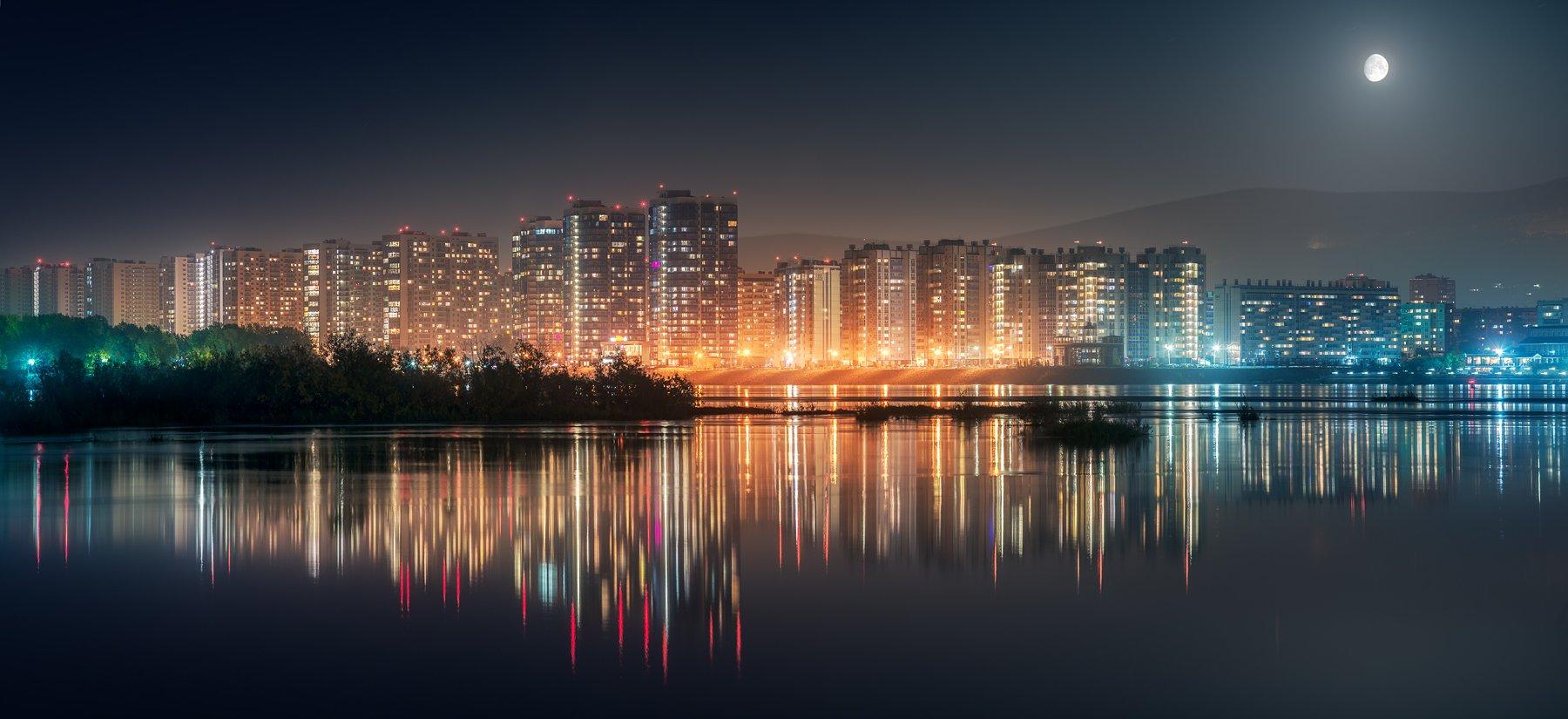 пейзаж, город, архитектура, микрорайон, здание, район, река, вода, отражение, огни, свет, луна, ночь, панорама, фонари, деревья, блики, светится, горы, широкий, большой, высокий, красноярск, сибирь, енисей, Дмитрий Антипов