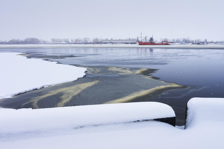 весна апрель утро снег лед льдины река вода корабль красный набережная город архангельск, Вера Ра