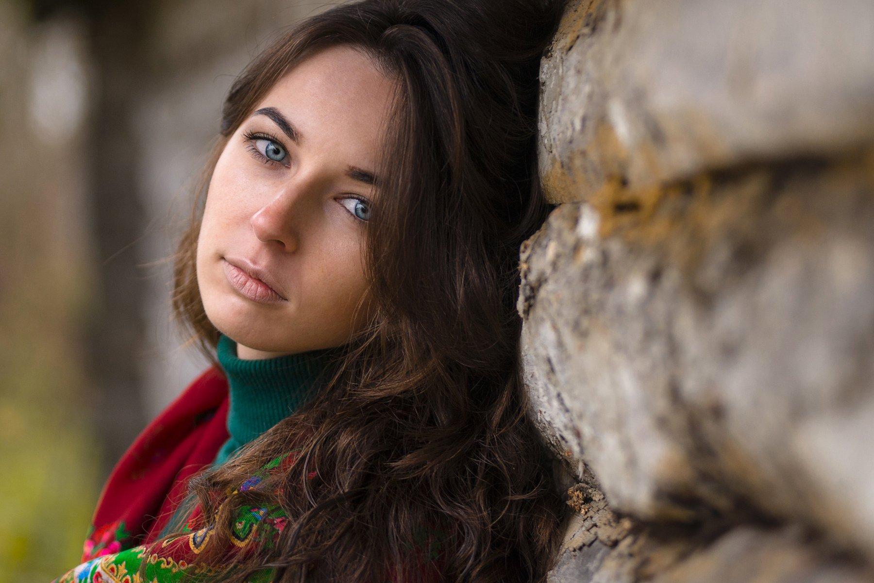 девушка взгляд бревна дерево платок зеленый красный, Игорь Сидорук