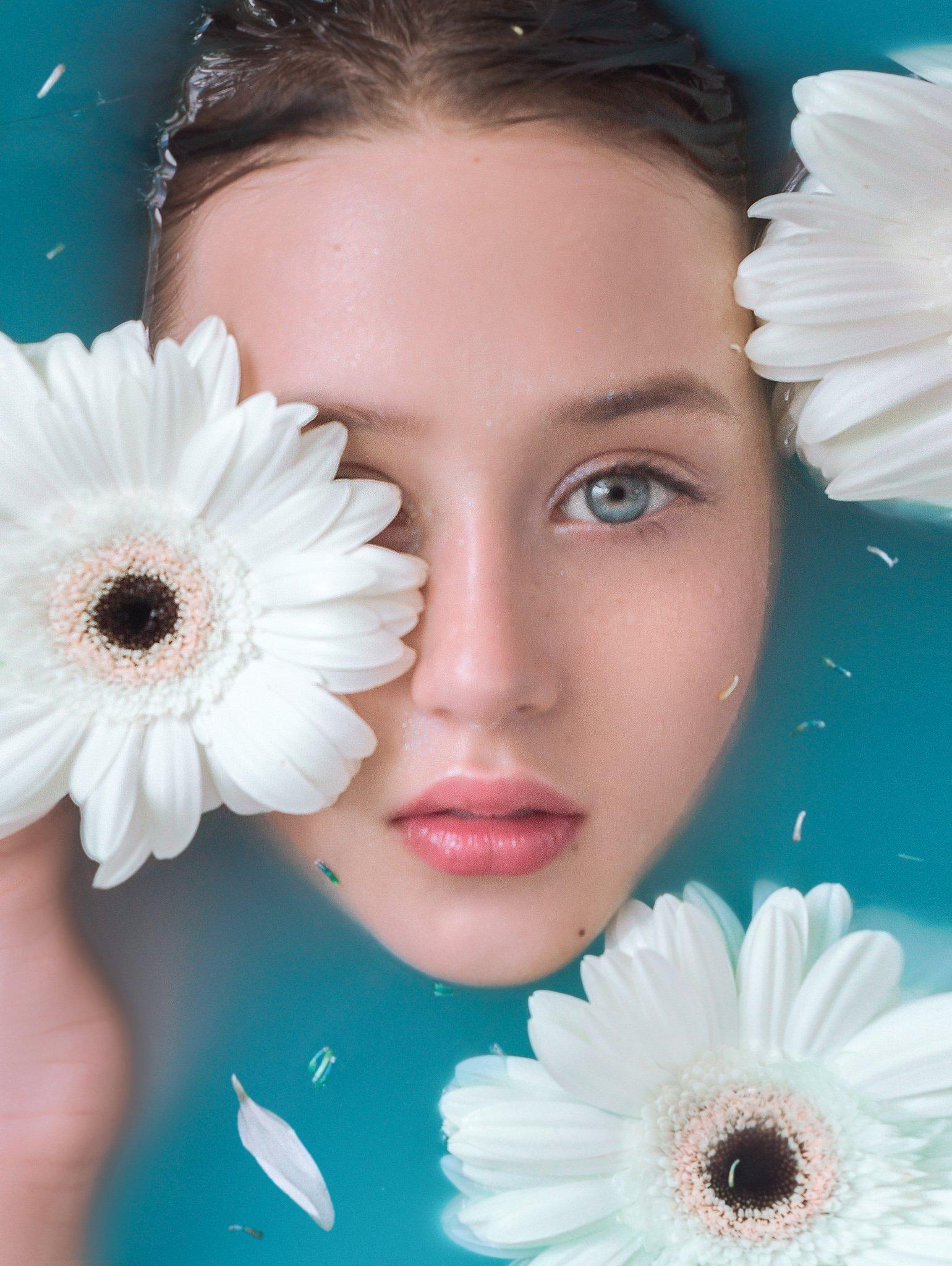 детский портрет детская фотосессия голубая вода герберы цветы жизни голубые глаза, Софья Ознобихина