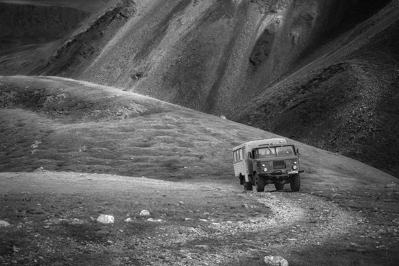пейзаж, горы, перевал, дорога, машина, вездеход, шишига, подъем, крутой, чб, черно-белое, алтай, сибирь, трудный, тяжелый, Антипов Дмитрий