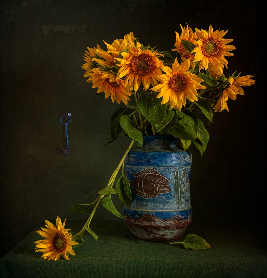 still life, натюрморт,    винтаж,    цветы,  подсолнух, лепесток, букет, ваза, ключ, свет, тень,, Шерман Михаил