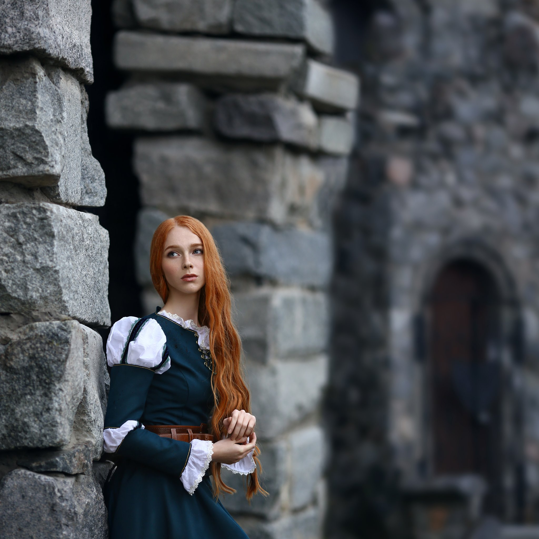 замок, храброе сердце, рыжая девушка, серый замок, серые камни, зеленое платье, исторический костюм, Голубятникова Ирина