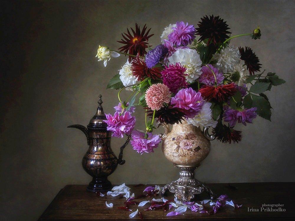 С букетом осенних цветов.  Ирина Приходько