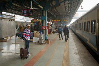 Суровое ожидание поезда на вокзале в Нью-Дели