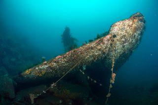 Затонувшая подводная лодка. Идеальная для МАгадана видимость под водой.