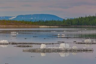 Последние кусочки льда на фоне гор иногда выглядят очень симпатично, если сжать их в пространстве с помощью телевика
