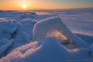 Никогда еще я не видела такого Байкала - лед в обрамлении снежных кристаллов...