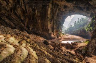 Внутри пещеры течет река. Ее уровень может подняться на 50-70 метров в сезон дождей