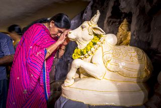Но есть здесь одно местечко, которое просто необходимо посетить, находясь в городе. Это индуистский храм Бога Шивы или Shivoham Shiva Temple. Индуистская философия очень древняя – это доведический период – она почти современница древнеегипетской цивилизации, и поэтому человеку непосвящённому сразу понять все религиозные смыслы индуизма крайне сложно. Если совсем упростить содержание культа Шивы или шиваизма, то получается примерно такая картина.