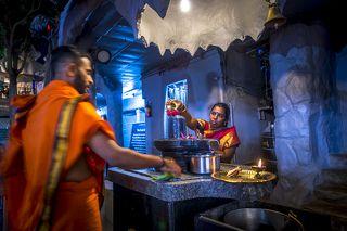 Шива считается одним из верховных богов индуизма и олицетворяет собой космическое сознание и статичное мужское начало Вселенной. К слову, у Вселенной есть и женское динамичное начало – Шакти – энергия, супруга Шивы. В разных индуистских источниках по-разному трактуется роль Шивы. Согласно священному тексту \