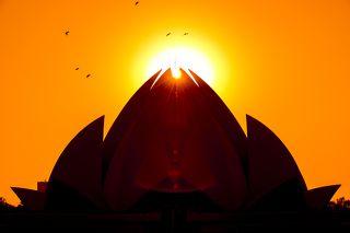 Индия – это пирог из разных культурных слоёв, причём здесь испытываешь стойкое ощущение, что люди одновременно живут как бы в разных временных измерениях.  Если не знать детали, то кажется будто главная достопримечательность индийской столицы и главный храм индийского субконтинета стоит уже много столетий. А на самом деле ему всего лишь 31 год. Огромное здание из пенделийского мрамора (месторождение находится в Греции) построено в стиле структурного экспрессионизма в 1986 году.