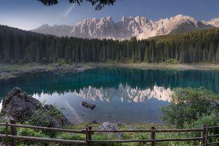 Ранним летним утречком оно выглядит так. На той стороне - подножие горы Латемар. Заборчик абсолютно не мешает и придает  даже пикантности озеру, что ли...