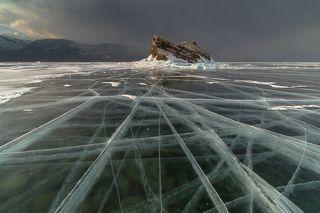 Прозрачный лед 2015. Здесь глубина 10-20 метров, и под толщей метрового льда видны камушки на дне