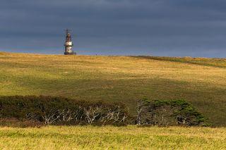 По пути к мысу Край Света среди бескрайних прибрежных лугов, заросших низким бамбучником, уже издалека виднеется массивная башня маяка. Заказник \