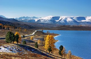 Осень на Узун-Кёле. Красивое место Алтая с видом на Северо-Чуйский хребет. Кадр 2008г.