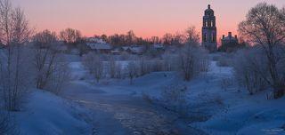 Панорама села, где уже просыпаются жители и идет печной дым