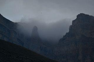 Вечером в тумане скалы смотрятся особенно эффектно