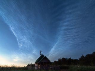 Серебристые облака в небе над Карелией