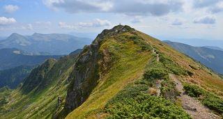 Тропа к вершине. Вдали слева вдали Румынская гора Фаркеу(1957м) и Михайлик(1917м)