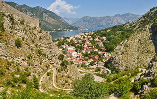 Поднимаемся по старой австрийской дороге, которая петлями поднимается вверх над Которской бухтой