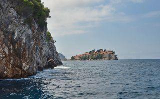На подходе к острову. Свети-Стефан необычен и уникален не только для Черногории или Будванской ривьеры, но и для всего Средиземноморья. Он стоит на скальном острове с крышами, красными как рубины. С материком его соединяет песчаная коса.