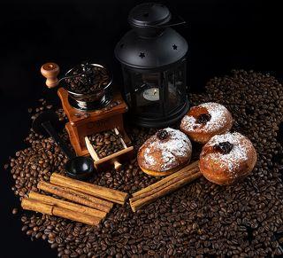 Кофейные Зёрна и домашнего приготовления пончики-суфгания.