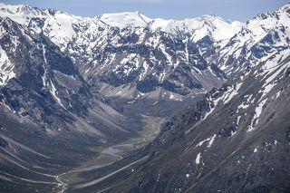 Протяжённость этой горной системы 450 км, ширина от 50 до 90 км, высота до 4622 метров над уровнем моря (пик Семёнова-Тян-Шанского)