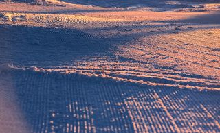 03 Такие работы проводятся для того, чтобы уплонить и выровнять снег на трассах. Хотя, я думаю,  и ещё для того, чтобы утром было чем заняться на горе одинокому фотографу... ;)