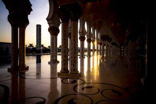 Мечеть способна одновременно вместить 40 тысяч верующих. Главный молитвенный зал рассчитан на 7 тысяч молящихся. Две комнаты рядом с главным молитвенным залом способны вместить по 1500 человек каждая. Обе эти комнаты предназначены только для женщин