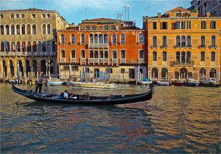 Есть категория трудящихся, приезжающих в Венецию на один день. Некоторые так делают, потому что их отпугивает дорогое проживание в гостинице или потому что они в составе организованной группы (пенсионерам можно, остальные - извращенцы). В ходе однодневной гонки трудящиеся успевают проехаться по Большому Каналу, простоять в очереди во что-нибудь мегазнаменитое на площади Сан-Марко, пообедать за безумные деньги в ресторане и купить вазочку за еще более безумные деньги в мастерской венецианского стекла. После этого они уезжают, с чистой совестью полагая, что видели Венецию.:)