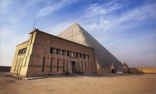Необычный вид открывается на Великую Пирамиду, пройдя во дворик летней резиденции султанов Египта...