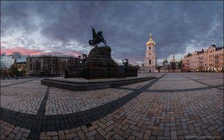Вид на Собор святой Софии и памятник Богдану Хмельницкому.