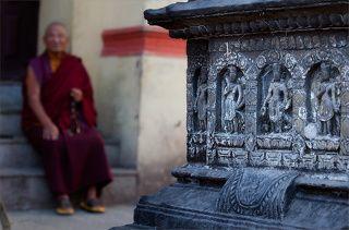 Барельефы храмового комплекса Сваямбунатх, впечатляют своей детализацией и стариной