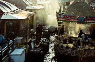 Турция. Стамбул. Порт Эминюни. Баржи продавцов рыбных сендвичей.