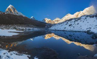 Вечера, какими они бывают в Гималаях выше 4000 м. Близ Gorak Shep (5160 м) За холмом справа пролегает самый удивительный ледник Непала, Кхумбу. А впереди в 5 часах пути  Everest base camp (базовый лагерь)