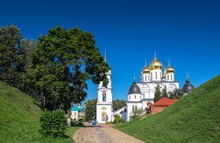 Вход через крепостной вал в Дмитровский Кремль