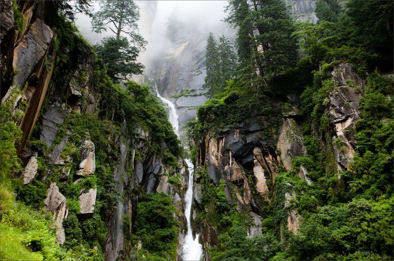 Туманный в верхней части пейзаж с водопадомphoto preview