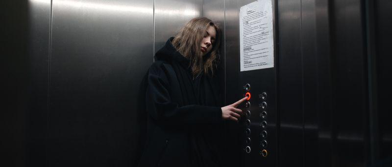 девушка в лифте  Leraphoto preview