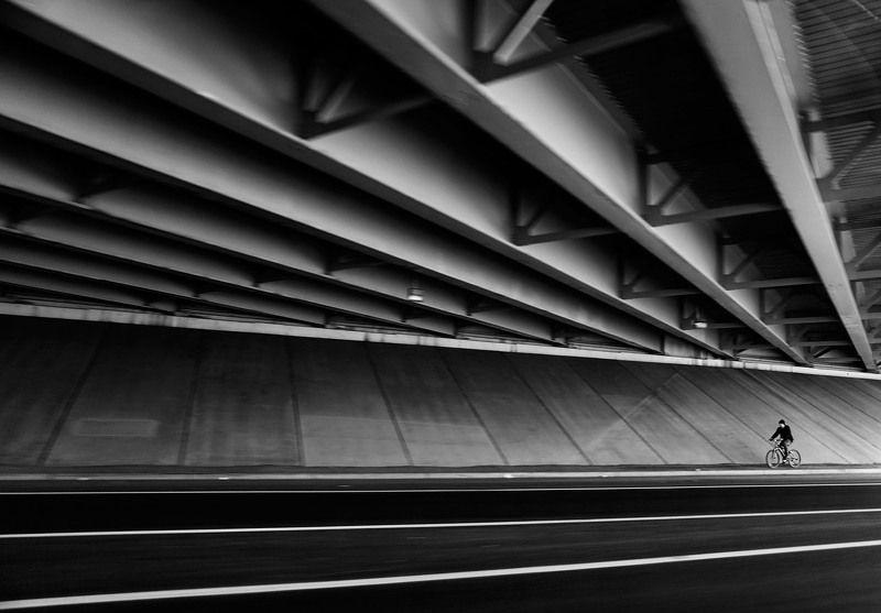 велосипедист, мост, улица, диагонали Диагоналиphoto preview