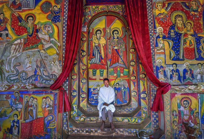 эфиопия, африка, христианство, священник, церковь, монастырь, озеро тана, фрески Эфиопский священникphoto preview