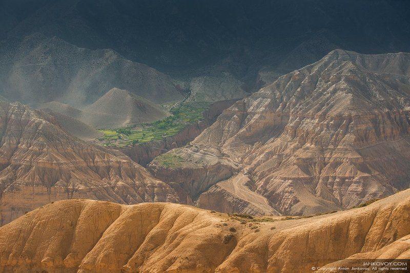 Непал, Гималаи, Верхний Мустанг, каньон, долина, ущелье, свет, солнце, скалы, горы, оазис, пустыня, плато, пейзаж, Горная пустыняphoto preview