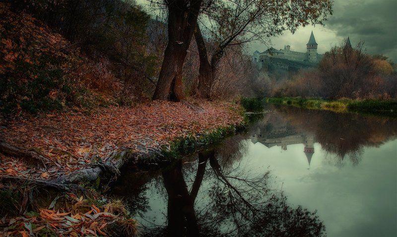 Дерево, Замок, Золотая осень, Каменец-Подольский, Непогода, Отражение, Река, Смотрич, Туман, Тучи мрачный вечер на реке Смотричphoto preview